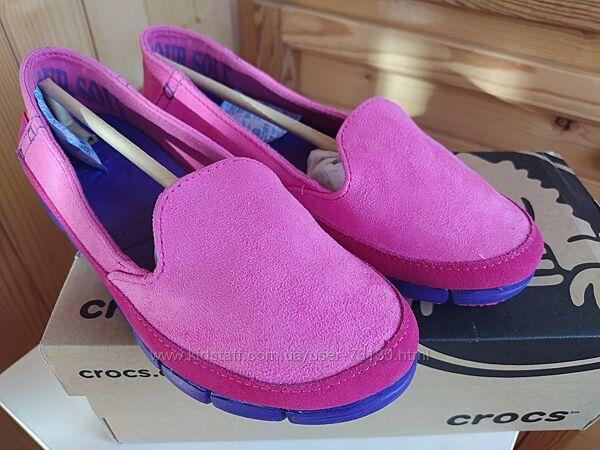 Яркие слипоны, мокасины Crocs Stretch Sole Skimmer Slip-On W6