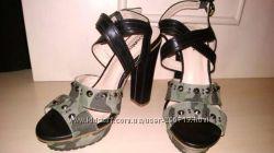 Продам босоножки на платформе и устойчивом каблуке в стиле милитари