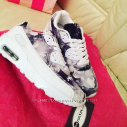 Белые женские кроссовки с цветочным принтом
