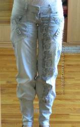 Серые джинсы UNO с принтом