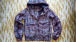 короткая куртка-ветровка с капюшоном.