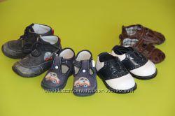 Первая обувь пинетки, тапочки, ботиночки.