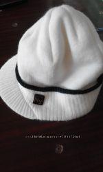 шапка с небольшим козырьком