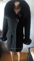 Черное пальто приталенное с песцом