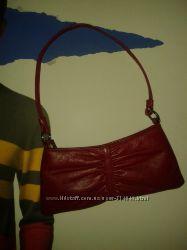 Маленькая, красная, кожаная сумочка от Xude London.