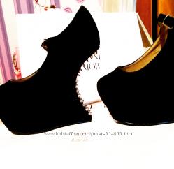 Нереально крутые туфлии с шипами замшевые Givenchy