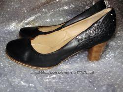 Стильные женские туфли на каблуке черного цвета в отличном состоянии