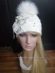 Авторская белоснежная шапка с мехом песца и цветком из итал. кожи