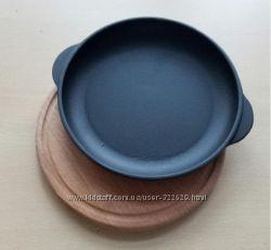 Чугунная сковорода порционная БЕРЛИКА 180х25 мм с доской 25х25см