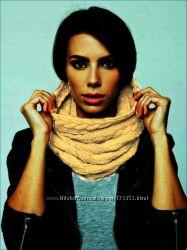 В наличии бежевый шарф-хомут