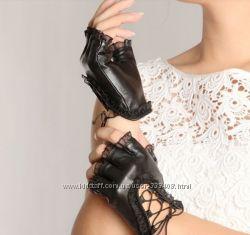 Черные лаковые перчатки со срезанными пальчиками и кружевном