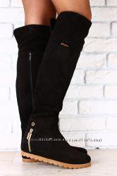 Ботфорты замшевые черные, на коричневой подошве, без каблука