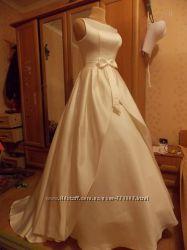 Платье сливочного цвета очень красивое атлас, cерьги 925