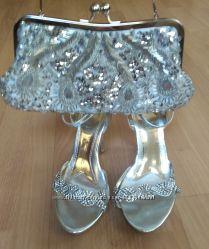 Серебряные босоножки со стразами и сумочка в пайетках