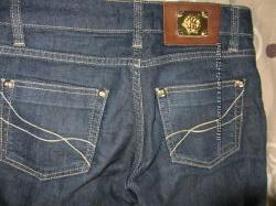 фирменные джинсы.