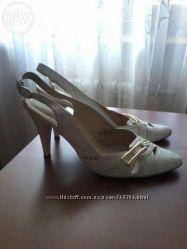 Продаю белые туфли