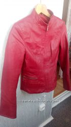Красная кожаная куртка.