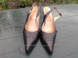 Кожаные босоножки с закрытым носком