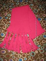 Ярко розовый шарф.