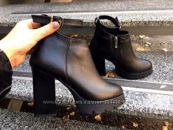 Ботиночки на каблуке с ремешком. кожа