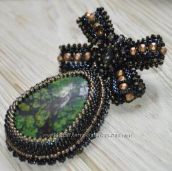 Брошь-орден ручной работы с натуральным камнем и кристаллом сваровски