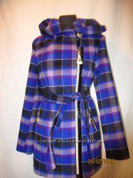 Яркое пальто с капюшоном