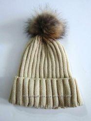 Теплая вязанная шапочка с бубоном