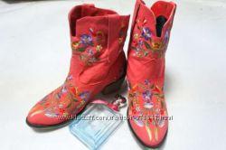 Яркие и стильные сапожки с вышивкой, 38 размера