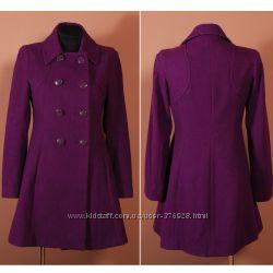 Темно-сиреневое двубортное пальто с покроем трапеция