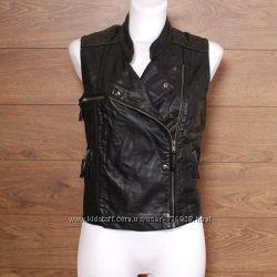 Черный кожаный жилет