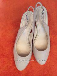классические кожаные туфли-босоножки бежево-молочного цвета Carlo Pazolini