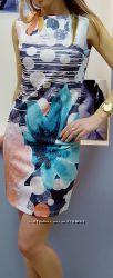 Оригинальное платье с принтом и стразиками в тон .
