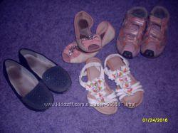 много обувки для девочки
