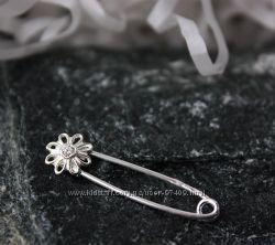 Серебряная булавка. Цветок с камнем. Родий.