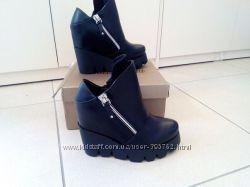 Стильные ботинки на тракторной подошве с молниями