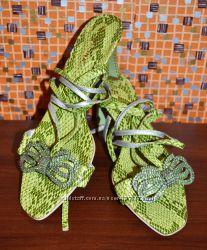 Красивые зеленые босоножки