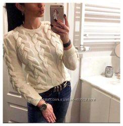 Вязаный теплый свитер в косичку молочного цвета