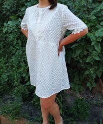 Короткое летнее платье-трапеция с завышенной талией из прошвы, туника