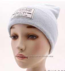 Стильная шапка белая, светло-серый, синий