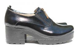 Туфли лакированные на платформе и каблуке цвета