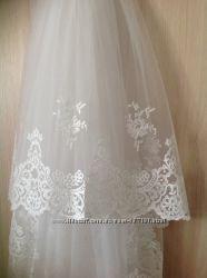 Красивая белая свадебная фата с роскошным кружевом