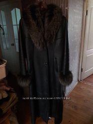 Натуральная длинная дубленка с мехом енота