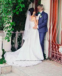 Очень красивое кружевное свадебное платье со шлейфом.