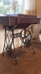 Швейная машинка антиквариат Singer  на кованной чугунной стойке в деревянно