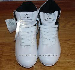 Модные завышенные кроссовки