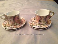2 чайные чашки с цветочным принтом и 4 блюдца