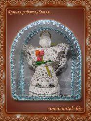 Вязаный ангел с букетом алых роз