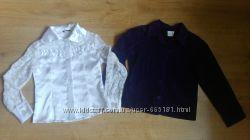 Темно-фіолетовий піджак і атласна блузка з гіпюром.