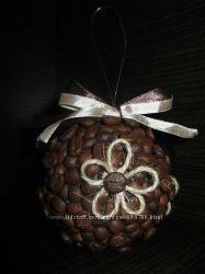 Новогодний шар на елку из кофейных зерен