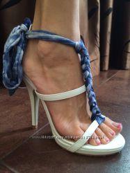 стильные белые босоножки